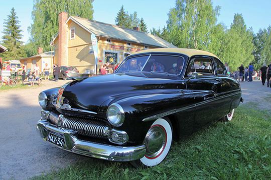 Vanhat ajoneuvot kyläpuodilla, Hausjärvi